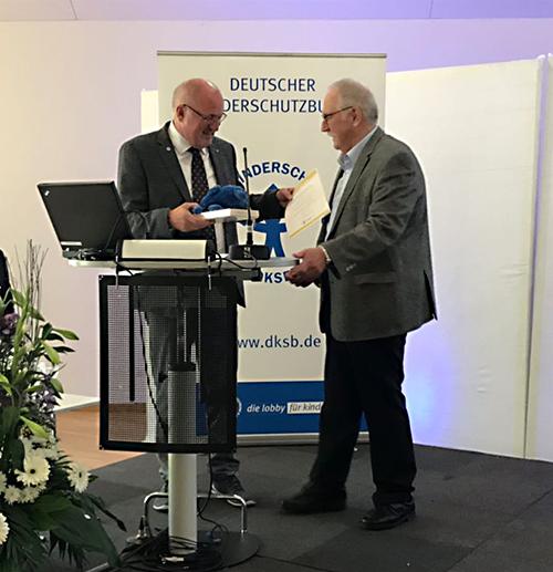 Ekkehard Mutschler erhält Ehrenmitgliedschaft durch Heinz Hilgers